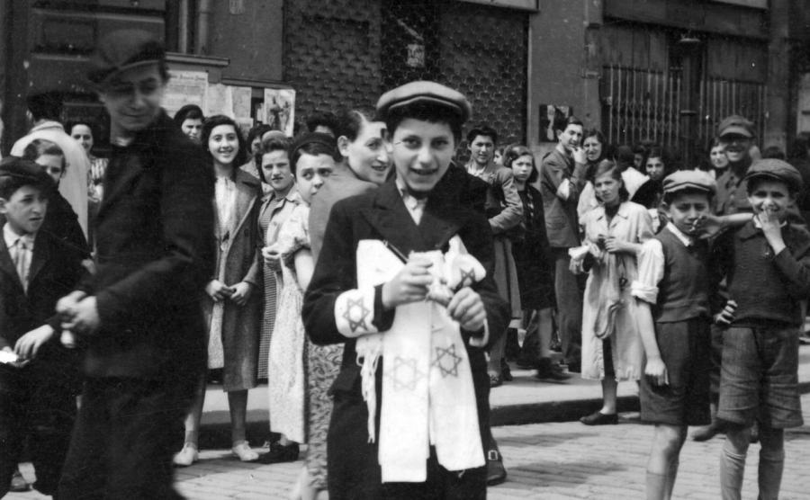 Chłopiec żydowski sprzedaje opaski z gwiazdą Dawida