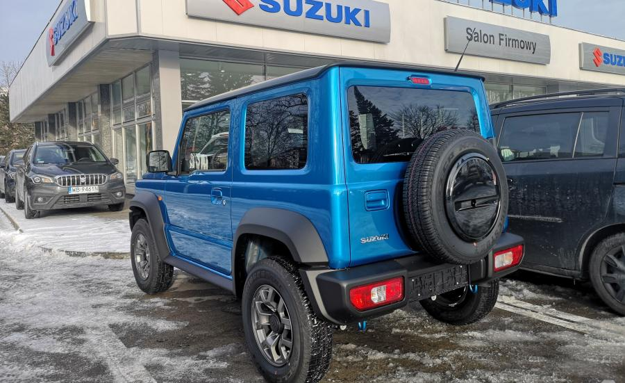 20 lat – tyle kazał na siebie czekać nowy Jimny. Suzuki wreszcie wprowadza na polski rynek czwarte pokolenie kultowej terenówki. Nowy model przyłapany pod salonem firmowym japońskiej marki w Warszawie