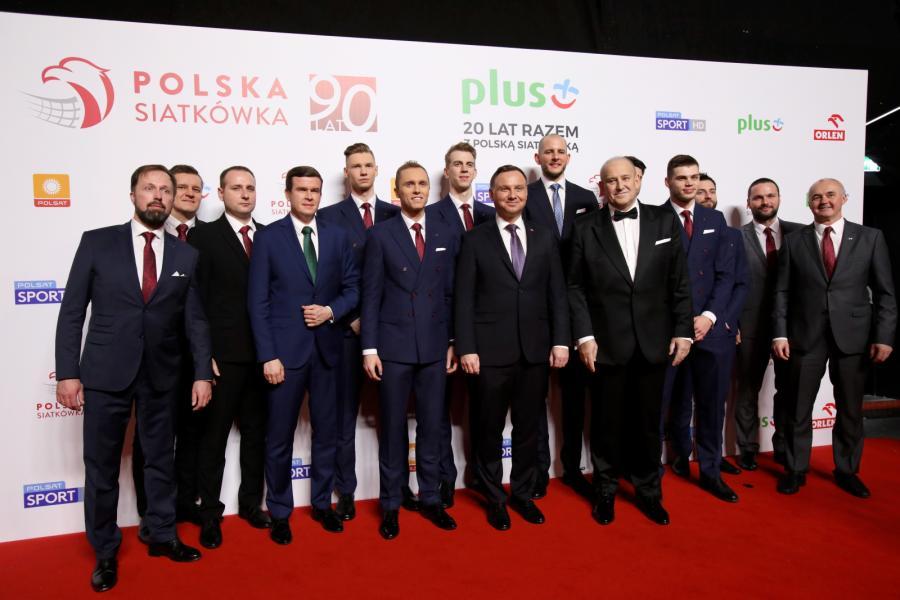 Prezydent Andrzej Duda (C), Prezes PZPS Jacek Kasprzyk (5P) i minister Sportu i Turystyki Witold Bańka (4L) wraz z pozostałymi uczestnikami, podczas uroczystej Gali 90-lecia Polskiej Siatkówki