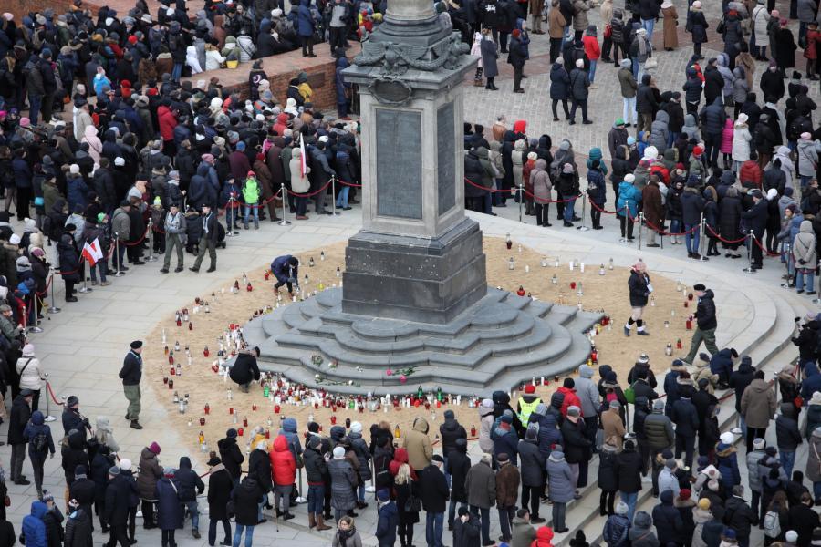 Mieszkańcy Warszawy pod kolumną Zygmunta składają znicze