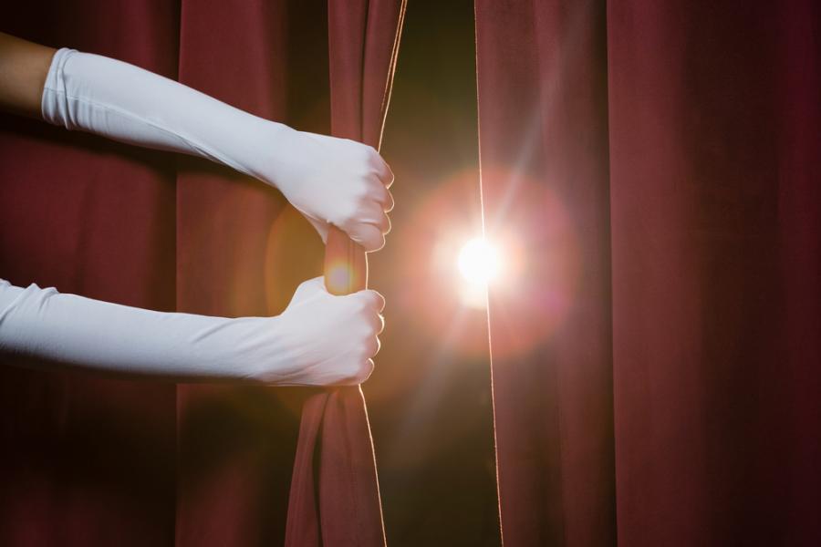 Scena za kurtyną w teatrze