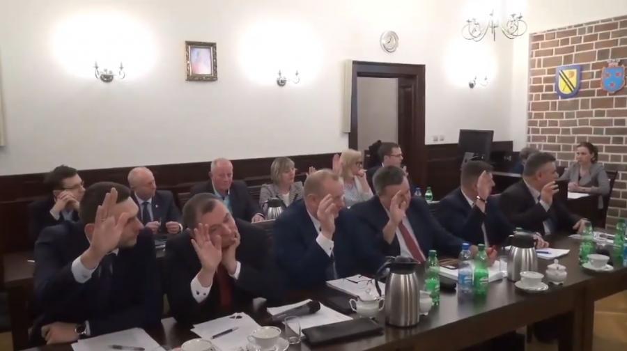 Głosowanie radnych w Środzie Śląskiej - kadr z nagrania