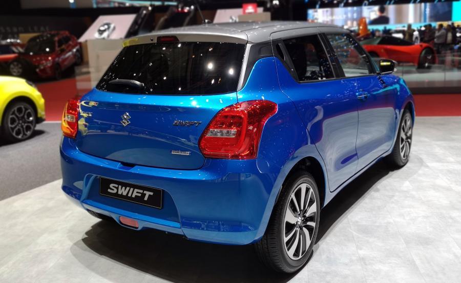 Suzuki Swift HYBRID jest wyposażony w układ SHVS typu mild hybrid. Dzięki niezbyt mocnemu (2,3 kW i 50 Nm), ale aktywnemu w newralgicznych momentach silnikowi elektrycznemu udało się całkowicie wyeliminować turbodziurę. Hybrydowy Swift przyspiesza z przyjemną lekkością już od najniższych obrotów, co znacznie ułatwia przemieszczanie w mieście