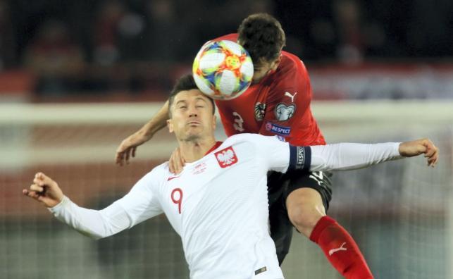 Robert Lewandowski (L) i Aleksandar Dragovic (P)