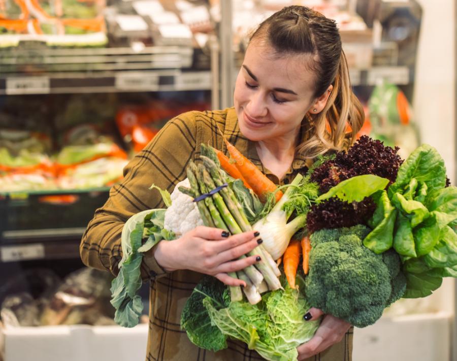 Kobieta kupuje warzywa
