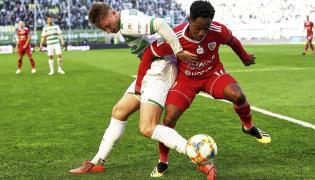 Piłkarz Lechii Gdańsk Jarosław Kubicki (L) i Joel Valencia (P) z Piasta Gliwice podczas meczu Ekstraklasy