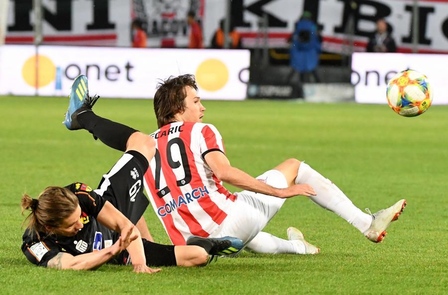 Piłkarz Cracovii Bojan Cecaric (P) i Bodvar Bodvarsson (L) z Jagiellonii Białystok podczas meczu grupy mistrzowskiej Ekstraklasy