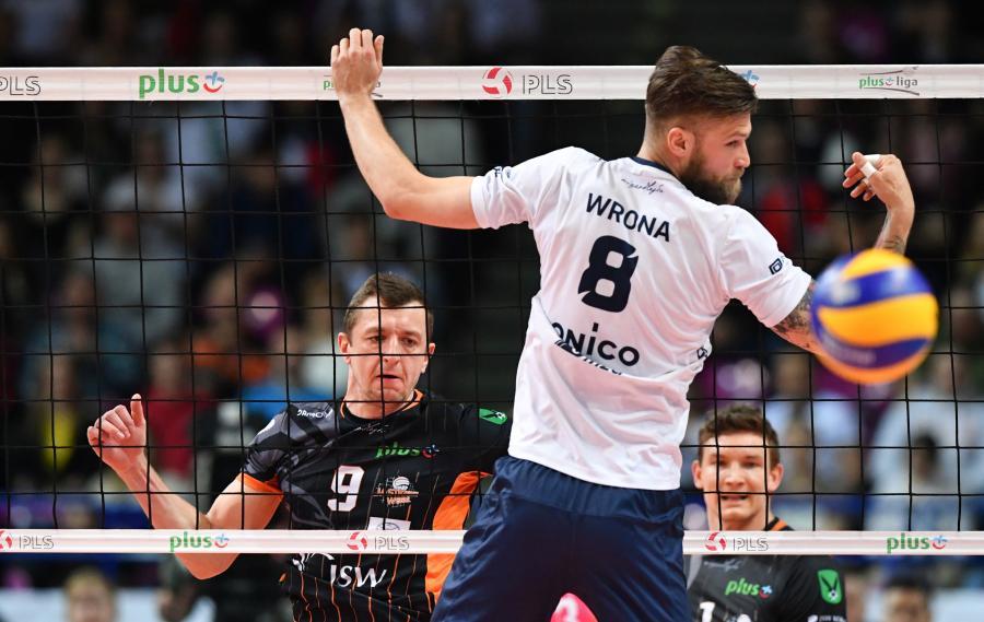 Siatkarz ONICO Warszawa Andrzej Wrona (P) i Dawid Gunia (L) z Jastrzębskiego Węgla podczas trzeciego meczu półfinałowego Ekstraklasy