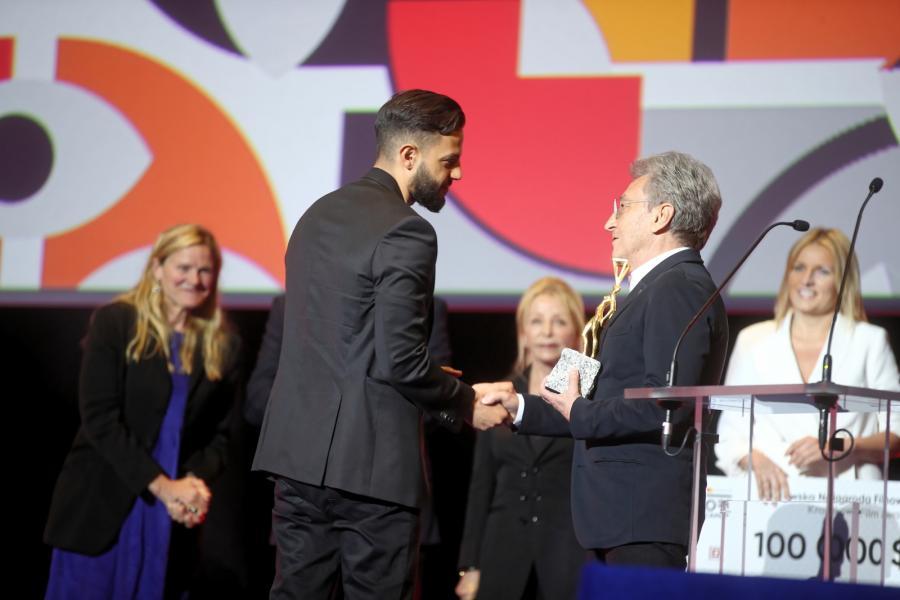 Allan Starski wręcza nagrodę Ulaa Salimowi