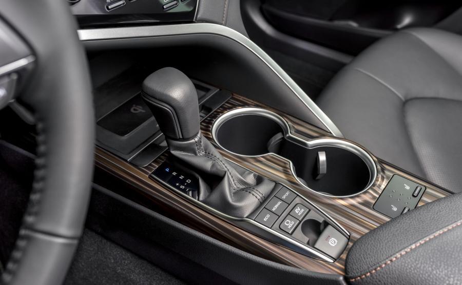 Trzy podstawowe tryby jazdy (Eco, Normal i Sport) oraz elektryczny EV. Napęd hybrydowy nowej generacji współpracuje z przekładnią planetarną e-CVT, która ma sześć przełożeń wirtualnych. Kierowca ma możliwość ręcznej zamiany biegów łopatkami przy kierownicy. Jednak w codziennej jeździe skrzynia okaże się na tyle sprawna, że z czystego lenistwa rzadko przyjdzie do głowy by po nie sięgać