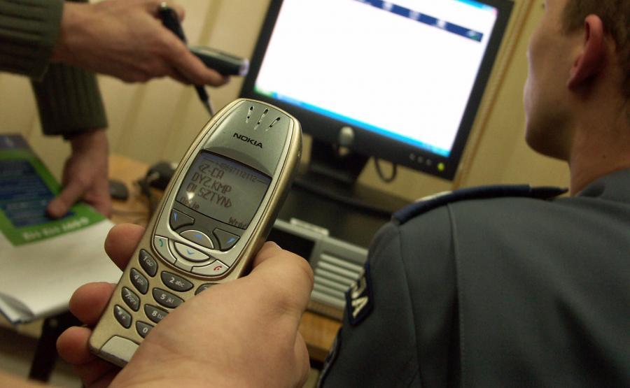 Policjant z telefonem komórkowym