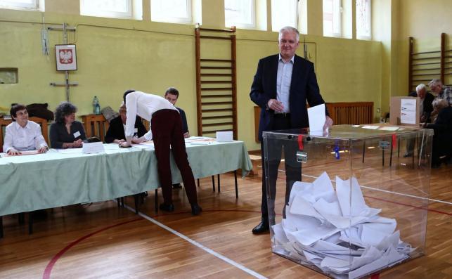 Wicepremier, minister nauki i szkolnictwa wyższego Jarosław Gowin (C) głosuje w lokalu wyborczym w Krakowie