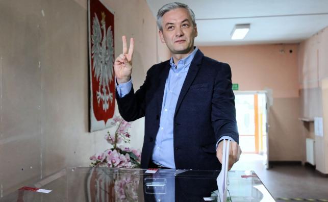 Lider Wiosny Robert Biedroń głosuje w lokalu wyborczym w Warszawie