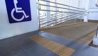 Podjazd dla wózków. Niepełnosprawni. Urząd. Dostępność