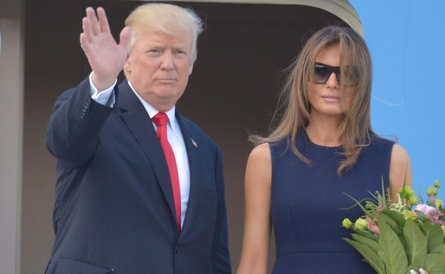 Warszawa, 06.07.2017. Amerykański prezydent Donald Trump z małżonką Melanią Trump żegnają Polskę, wchodząc na pokład samolotu Air Force One