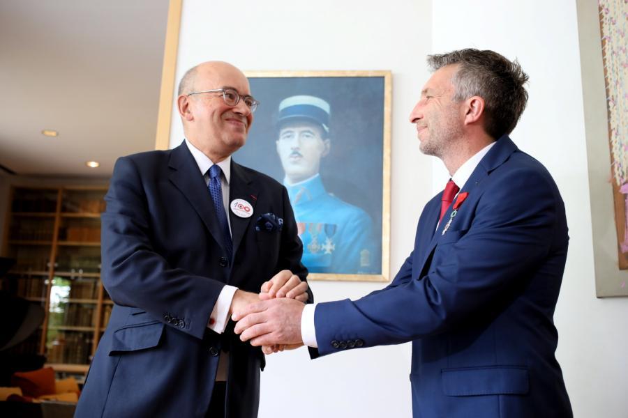 Himalaista Piotr Tomala (P) odbiera od ambasadora Francji w Polsce Pierre\'a Levy (L) Narodowy Order Legii Honorowej