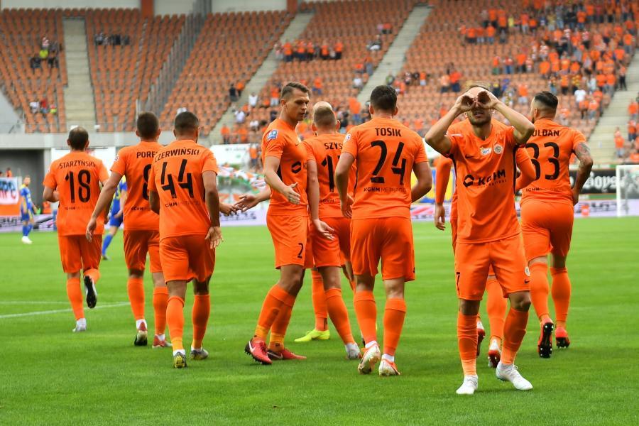 Piłkarz KGHM Zagłębia Lubin Sasa Zivec (P) cieszy się z gola podczas meczu Ekstraklasy z Arką Gdynia