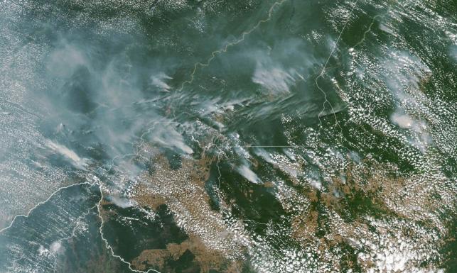 Gigantyczne pożary w Amazonii widoczne nawet z kosmosu. Macron: Nasz dom płonie [ZDJĘCIA]