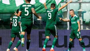 Piłkarze Śląska Wrocław cieszą się z gola podczas meczu Ekstraklasy z Pogonią Szczecin