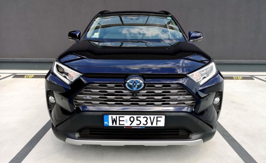 Toyota RAV4 także będzie napędzana przez silnik produkowany w Polsce. Jednostka zależnie od mocy wyróżnia się wyjątkowo wysoką sprawnością cieplną - na poziomie odpowiednio 41 i 40 proc. Japońscy inżynierowie osiągnęli te parametry dzięki obniżeniu strat energii związanych z działaniem układów wydechowego i chłodzenia, zmniejszeniu tarcia części ruchomych oraz innym usprawnieniom. Oprócz tego, w porównaniu z dotychczasowymi silnikami, nowa konstrukcja uzyskuje wyższy moment w całym zakresie prędkości obrotowych