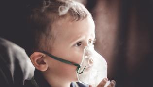 Dziecko robi nebulizację