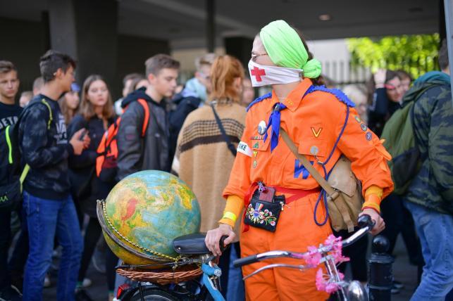 Uczestnicy Młodzieżowego Strajku Klimatycznego w Warszawie
