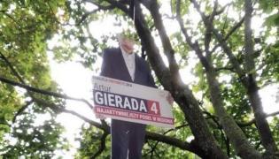 Baner posła Artura Gierady powieszony na drzewie / Cezary Tomczyk