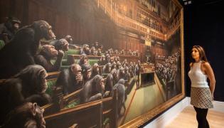 Obraz Banksy'ego przedstawiający szympansy w Izbie Gmin