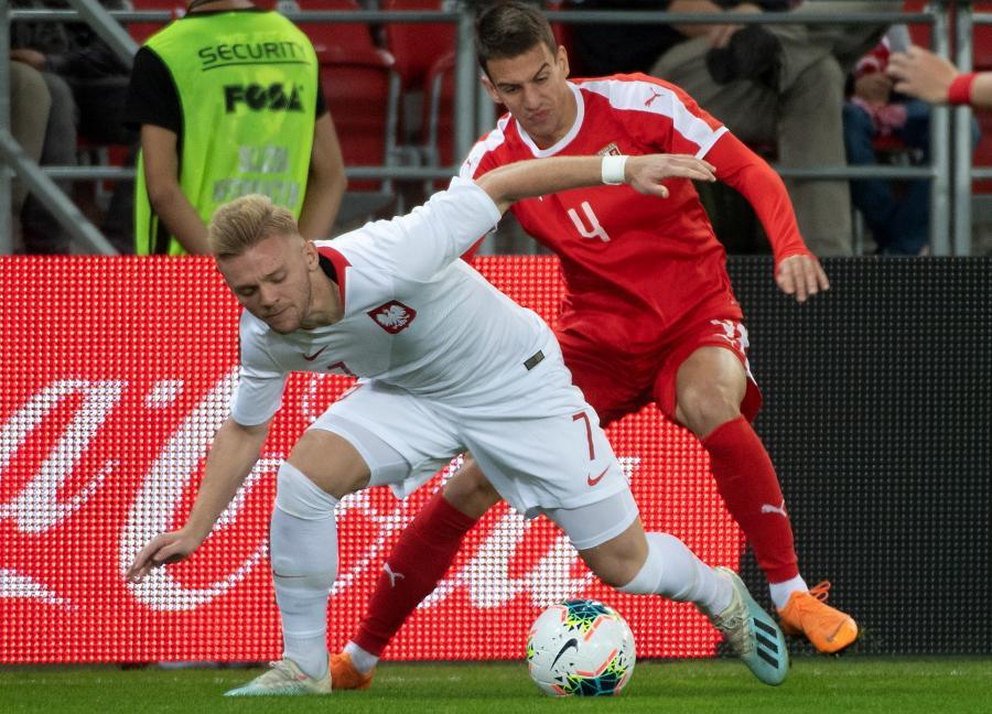 Polak Kamil Jóźwiak (L) i Serb Jovan Nisic (P) podczas meczu eliminacyjnego piłkarskich mistrzostw Europy U-21