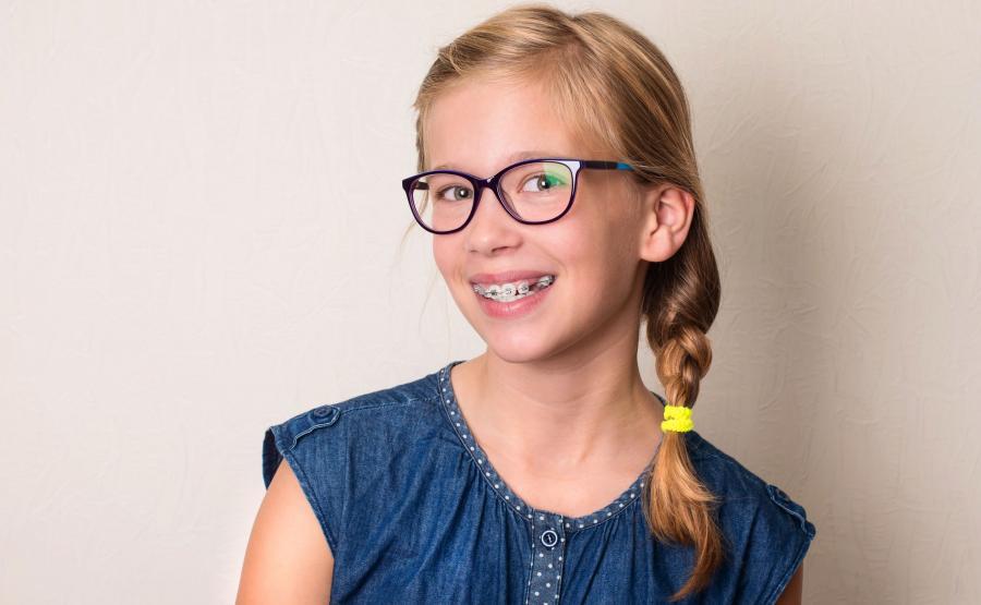 Nastolatka z aparatem ortodontycznym na zębach