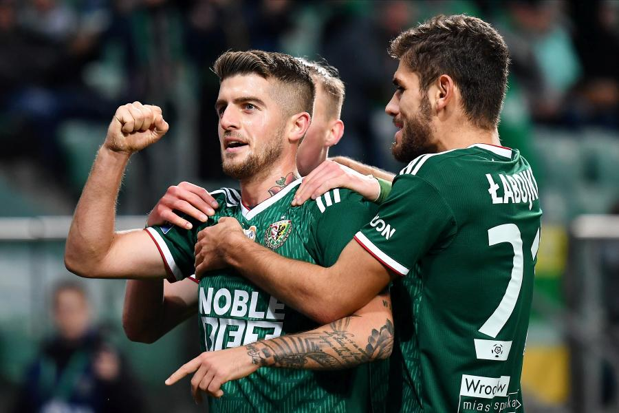 Zawodnik Śląska Wrocław Michał Chrapek (L) cieszy się po golu na 3:0 podczas meczu 14. kolejki piłkarskiej Ekstraklasy z Wisłą Płock