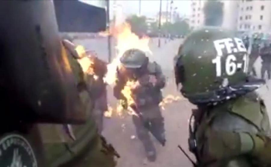Zamieszki w Chile, policjanki w ogniu