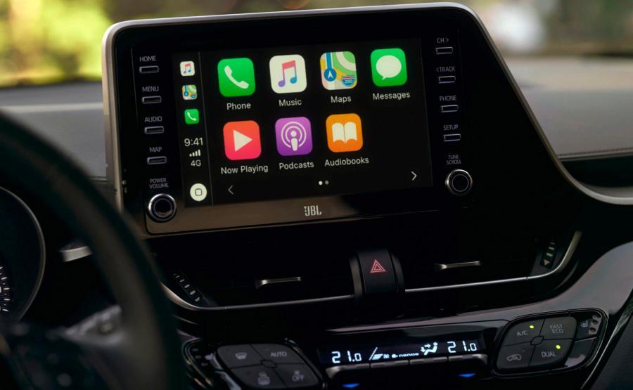 Wraz z modernizacją C-HR Toyota wreszcie dołącza do grona producentów oferujących układy z Apple CarPlay i Android Auto. Pojawią się one we wszystkich wersjach Japońskiego auta. Nowością jest także nawigacja ze zdalnie aktualizowanymi mapami