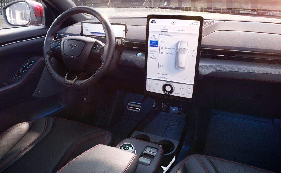 Wyposażony w łączność opartą na chmurze obliczeniowej i konwersacyjne rozpoznawanie głosu, system SYNC nowej generacji zapewnia dwukrotnie większą moc obliczeniową, niż SYNC 3, dzięki czemu nawigacja, wybieranie muzyki i łączenie smartfona z samochodem są szybsze i łatwiejsze
