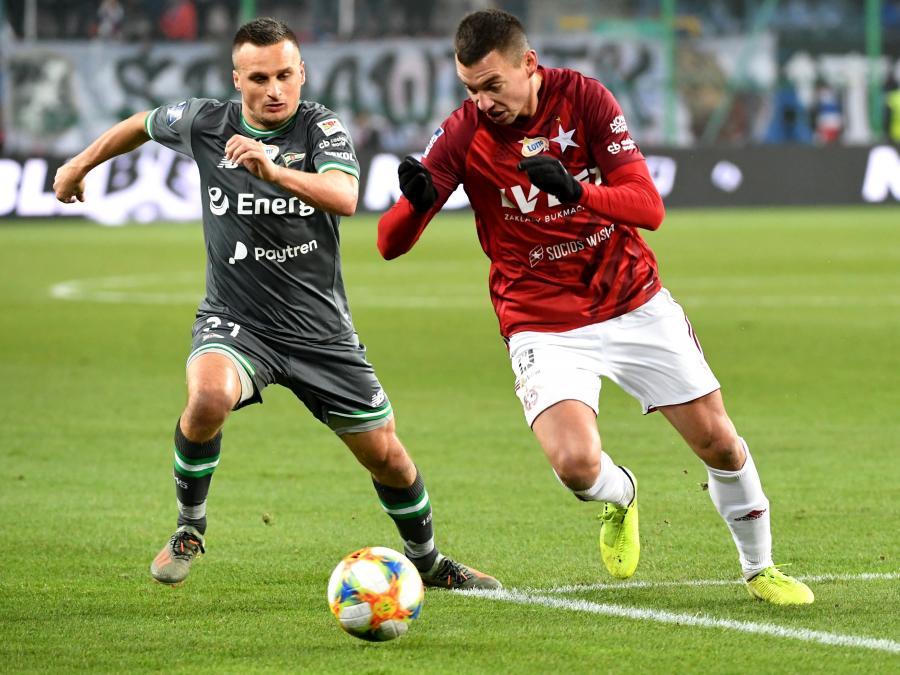 Piłkarz Wisły Kraków Maciej Sadlok (P) i Sławomir Peszko (L) z Lechii Gdańsk podczas meczu Ekstraklasy