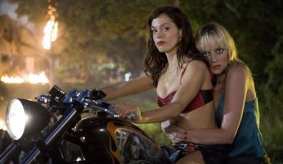 Rose McGowan and Marley Shelton star in Robert Rodriguez's Planet Terror (Grind House). GRINDHOUSE : PLANET TERRORFOT. KINO SWIAT