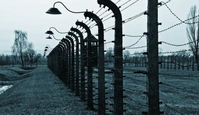 """Ambasada RP w Londynie zmusiła jeden z tamtejszych tabloidów do usunięcia wzmianki o """"polskim obozie koncentracyjnym"""" w Auschwitz"""