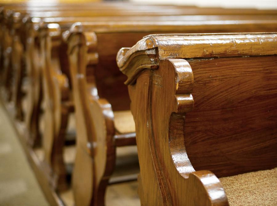 Ławki w kościele