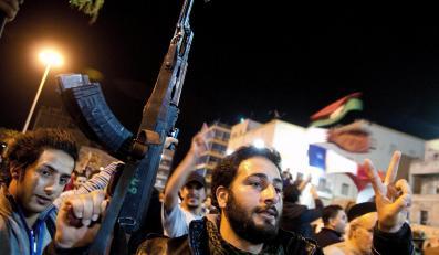 Libijscy rebelianci walczący z siłami wiernymi Muammarowi Kadafiemu