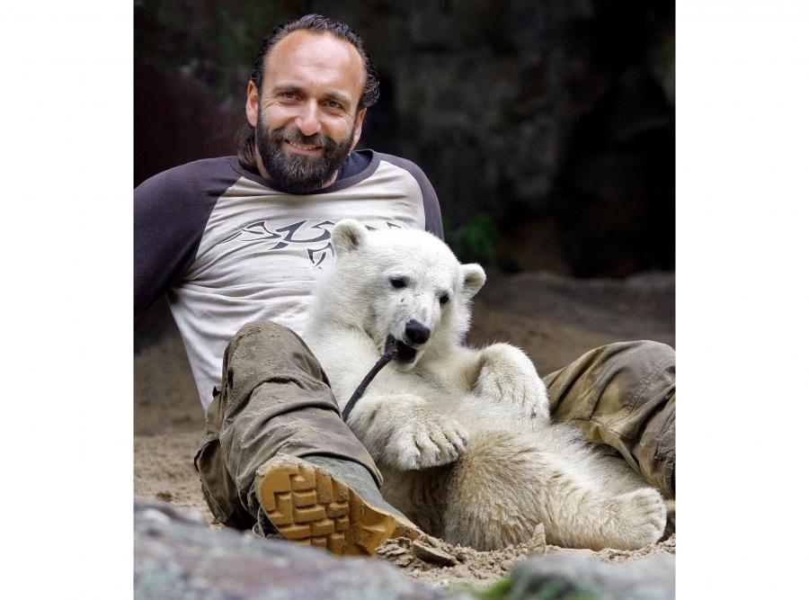 Knut i jego pierwszy opiekun, nieżyjący już Thomas Doerflein, w maju 2007 roku