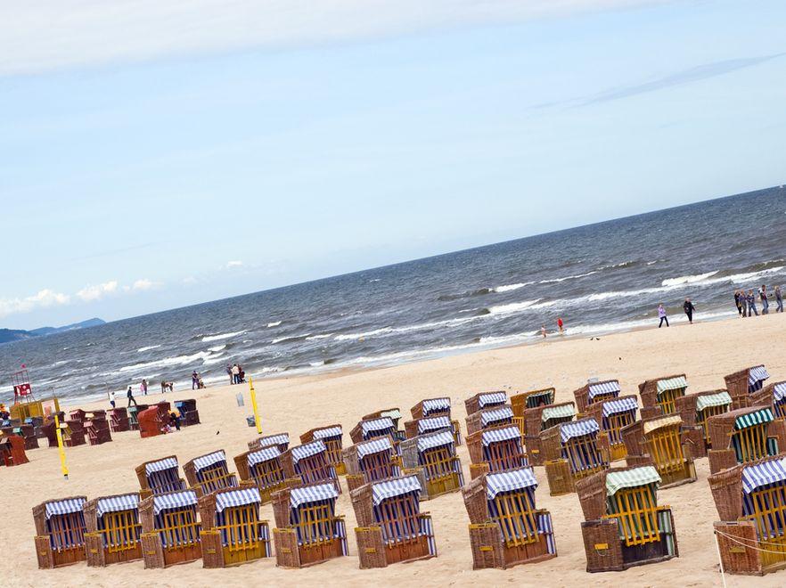 Nad morzem turyści uciekają z plaży do miasta