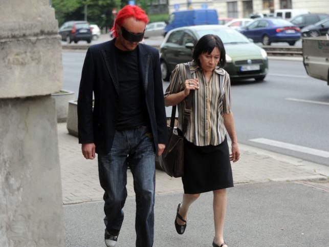Michał z mamą przed warszawskim sądem