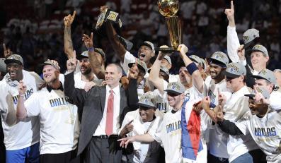 Koszykarze z Dallas cieszą się z wygrania ligi NBA