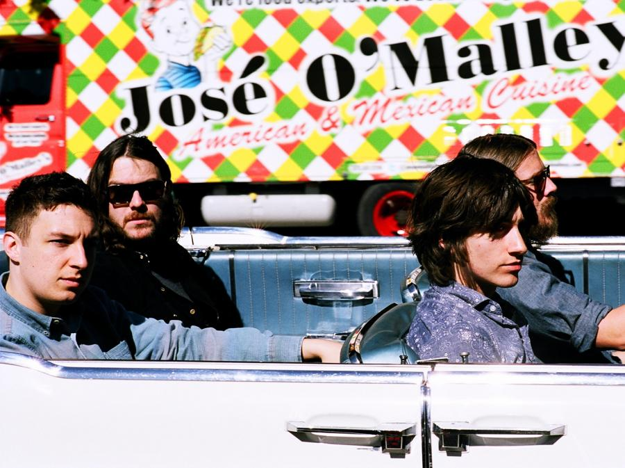 W Arctic Monkeys nawet perusista dobrze śpiewa