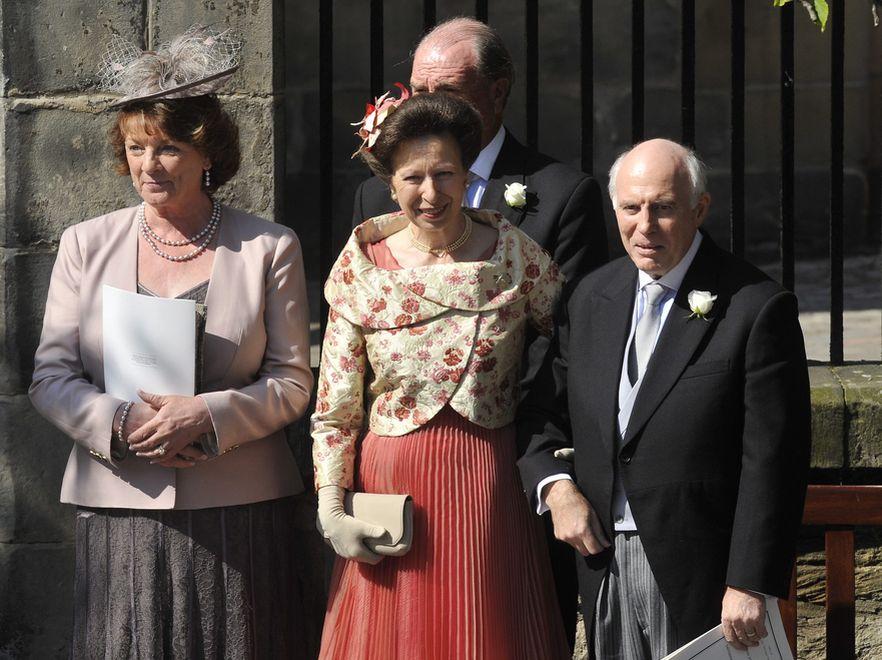 Księżna Anne, matka panny młodej, oraz rodzice pana młodego: Phil i Linda Tindall