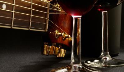 Pomysł z produkcją własnego wina nie jest zbyt oryginalny. Przed AC/DC zrobili tak m.in. muzycy z Kiss, Motorhead, Satyricon, Whitesnake, Queensryche i Warrant