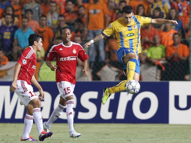 Gervasio Nunez i Junior Diaz z Wisły walczą o piłkę z Ivanem Trickovskim z Apoelu