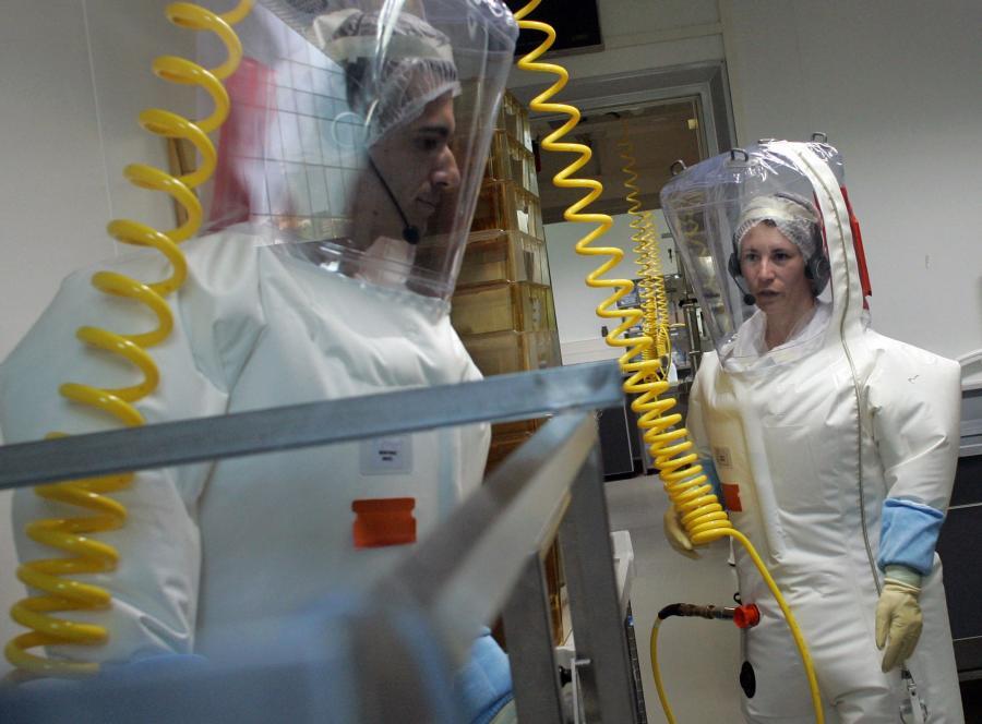 Tak też można zabezpieczyć się przed grypą. Francuscy naukowcy w specjalnych kombinezonach przygotowują się do badań nad wirusem świńskiej grypy H1N1
