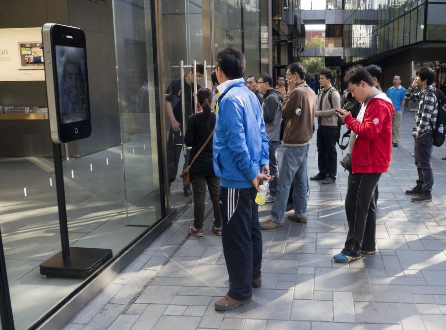 Fani gromadzą się przed chińskim sklepem koncernu