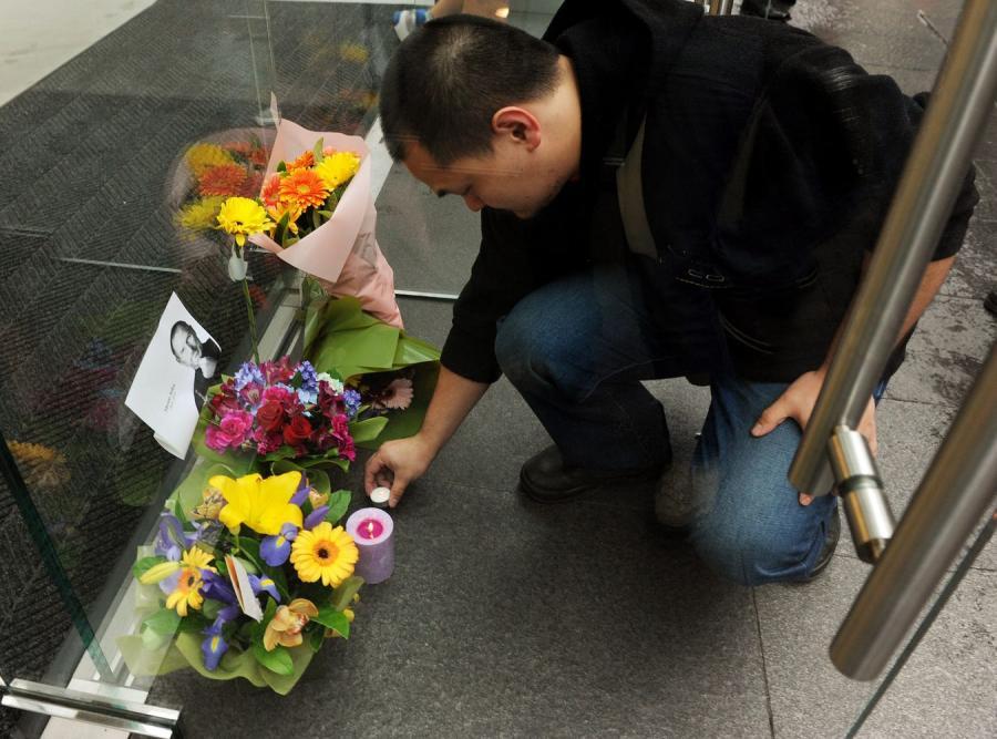 Kwiaty pod sklepem Apple'a